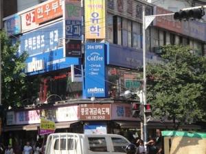 Edificio lleno de carteles de academias de estudio - Trending Korea